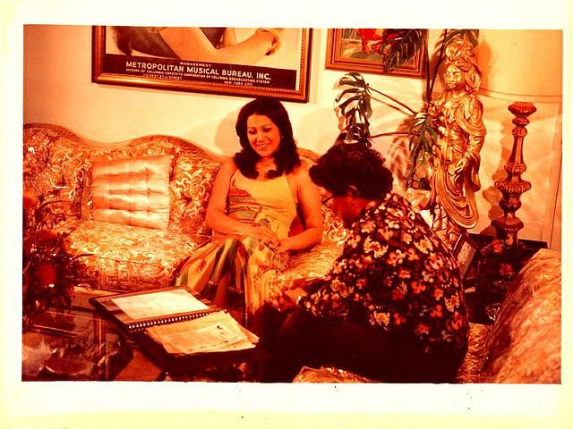 Putri Dewi Dja, Ratna Assan, saat diwawancarai oleh Wimar Witoelar, antara tahun 1971-1975. Sumber: Album foto Wimar di flickr.com