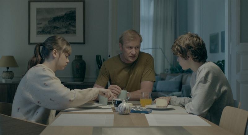 Family Film, sebuah film Cekoslowakia yang bercerita tentang hubungan anggota keluarga, karya Olmo Omerzu.