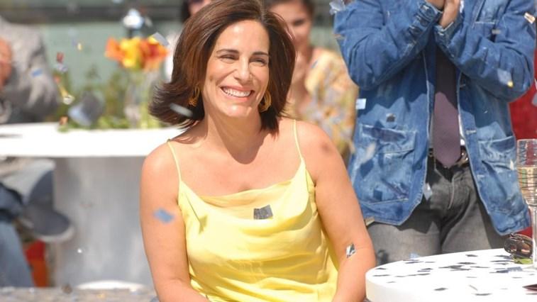 Gloria Pires, pemeran tokoh Nise da Silveira, seorang psikiater wanita yang mengabdikan dirinya ke dalam sebuah perjuangan melawan dominasi konservatif terhadap terapi electroshock ke penderita schizophrenia yang banyak dianggap sebagai kekerasan fisik