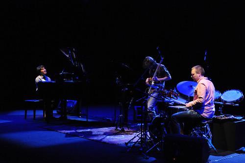 Aga & trio bermain di acara Salihara Jazz Buzz 2013 (sumber: www.wartajazz.com, foto: Witjak)