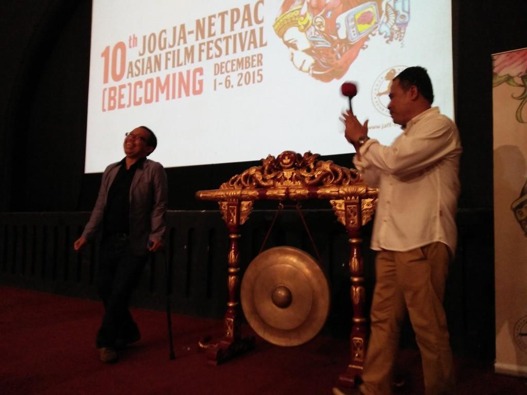 Garin Nugroho dan Budi Irawanto, setelah pemukulan Gong sebagai tanda festival secara resmi dibuka.