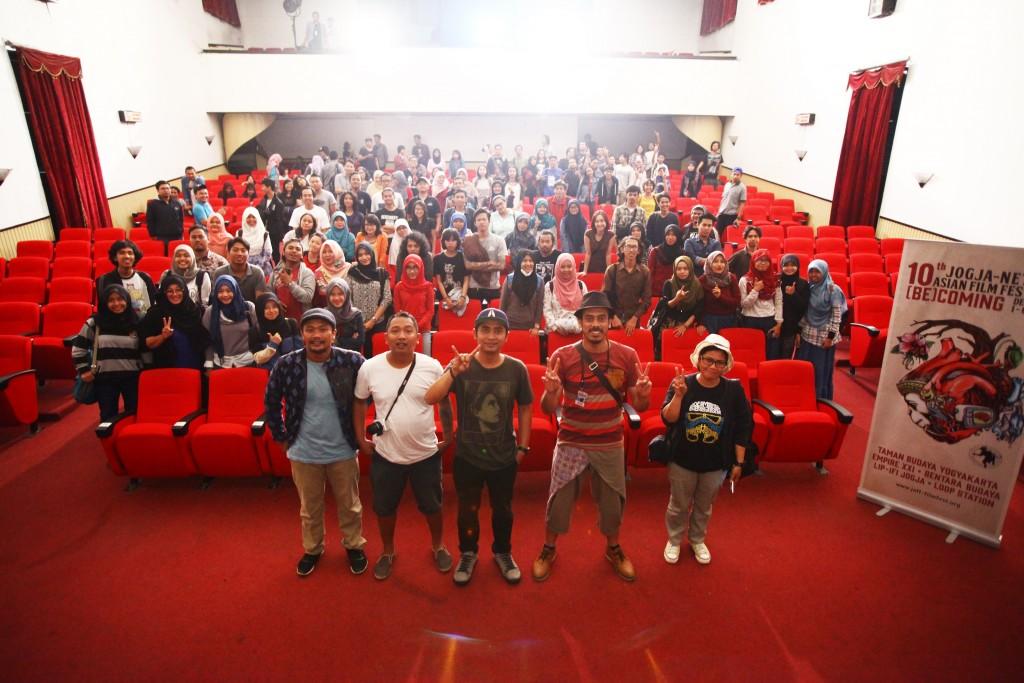 Foto bareng penonton dan filmmaker Another Trip To The Moon, Ismail Basbeth (sumber: Doc 10th JAFF)
