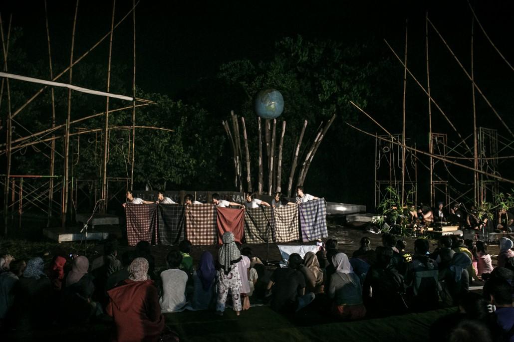 """Pentas """"Suluk Sungai"""" oleh Lab. Teater Ciputat di kawasan Hutan Kota Pesanggrahan """"Sangga Buana"""", Karang Tengah, Jakarta Selatan, Rabu (31/12/2014). Pentas ini merupakan presentasi hasil riset teater partisipatif tahap 2 oleh Lab. Teater Ciputat dan warga Kampung Baru-Pondok Pinang, Jakarta Selatan, dalam rangkaian program """"Kota yang Tenggelam"""" yang digagas Komite Teater Dewan Kesenian Jakarta, untuk mendalami persoalan banjir, serta kemungkinan ancaman bahwa Jakarta akan tenggelam."""
