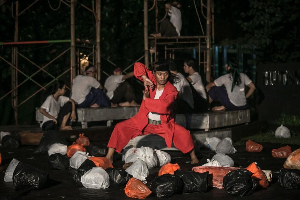 "Pentas ""Suluk Sungai"" oleh Lab. Teater Ciputat di kawasan Hutan Kota Pesanggrahan ""Sangga Buana"", Karang Tengah, Jakarta Selatan, Rabu (31/12/2014). Pentas ini merupakan presentasi hasil riset teater partisipatif tahap 2 oleh Lab. Teater Ciputat dan warga Kampung Baru-Pondok Pinang, Jakarta Selatan, dalam rangkaian program ""Kota yang Tenggelam"" yang digagas Komite Teater Dewan Kesenian Jakarta, untuk mendalami persoalan banjir, serta kemungkinan ancaman bahwa Jakarta akan tenggelam. (Sumber: http://teaterdankota.org/)"