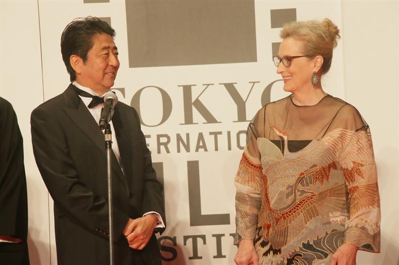 Meryl Streep dan Shinjo Abe (PM Jepang) dalam pembukaan TIFF ke-29 (Sumber foto: image.net/tiff-jp.net)