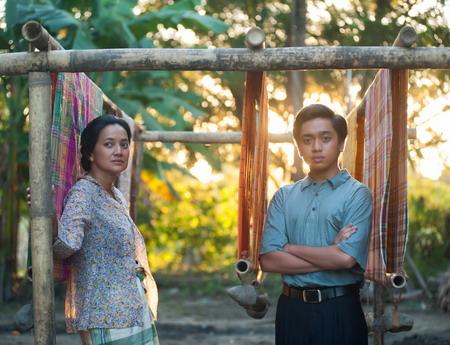 Athirah (Cut Mini) dan Ucu (Christoffer Nelwan) dalam salahsatu adegan film Athirah.