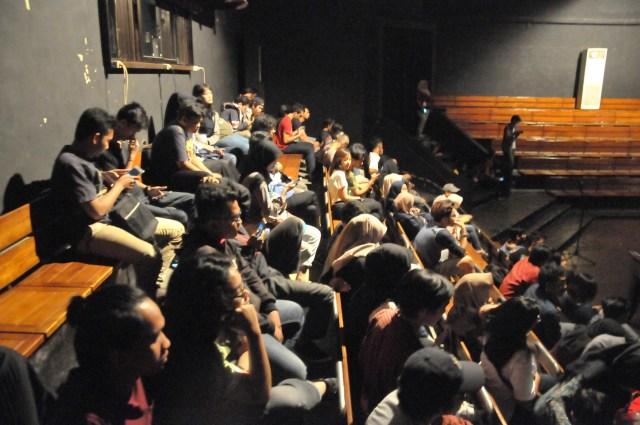 (Photo by: Joglosemar Maksum Nur Fauzan) Pengunjung menikmati pemutaran film dan diskusi bersama pembicara Fajar Nugros, Dimas Djayasrana dan Blontank Poer berbagi pengalaman pada acara Pesta Film Solo #7 yang bertajuk Ruang Kaca di Teater Arena Taman Budaya Jawa Tengah, Kamis (11/5).