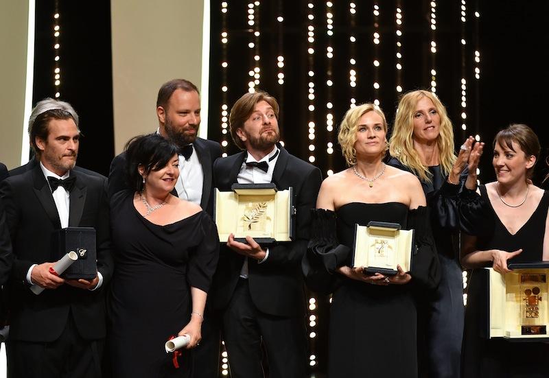 (From L) Aktor terbaik Joaquin Phoenix, Best Screenplay co-laureates British director Lynne Ramsay and Greek director Yorgos Para pemenang Cannes Film Festival 2017. (Photo: AFP PHOTO/Alberto Pizzoli)